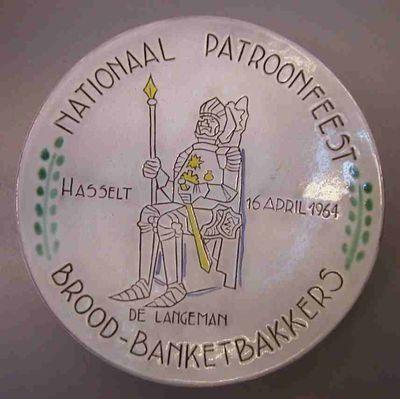 Bree Keramiek, bord met opschrift Nationaal Patroonfeest / Hasselt - 16 april 1964 / De Langeman / Brood-banketbakkers, 1964, aardewerk, tinglazuur, kobaltoxide.