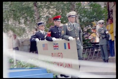 Fotografie: Abbau des Alliierten Kontrollhäuschens vom Checkpoint Charlie in Berlin-Kreuzberg