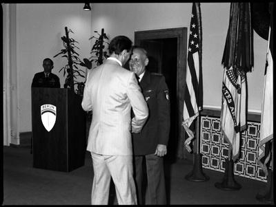 S/w-Fotografie: Auszeichnung eines Berliner Polizeibeamten durch US-Stadtkommandant Major General John H. Mitchell in den Lucius D. Clay Headquarters in Berlin-Dahlem