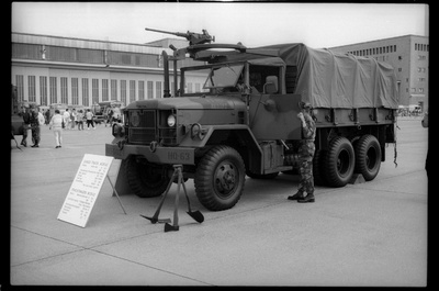 S/w-Fotografie: Tag der offenen Tür auf der Tempelhof Air Base in Berlin-Tempelhof