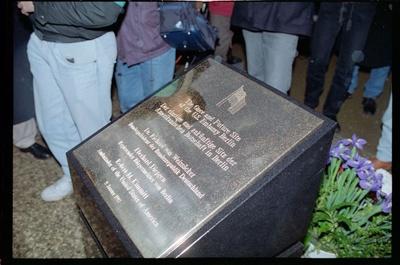 Fotografie: Enthüllung einer Gedenktafel am zukünftigen Standort der US-Botschaft in Berlin-Mitte