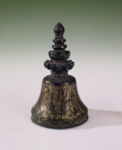 Miniatuur decoratie in de vorm van een bel of stupa. Dit is een tempeldecoratie zoals die voorkomt op het dak van een klooster of ander religieus gebouw.