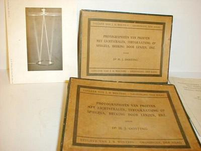 Twee doosjes met foto's van optische proeven. Op de doos: