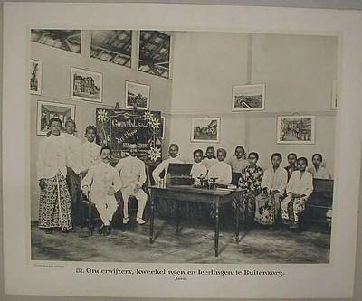 132. Onderwijzers, kweekelingen en leerlingen te Buitenzorg. Java.