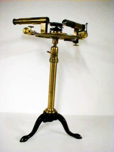 Spectrometer met kijker en instelbare spleet. De prismatafel is instelbaar. Dubbele nonius 0'-30'. Het geheel is gemonteerd met een kogelgewricht op een driepoot.