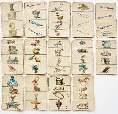 Negenenveertig losse kaarten met op elk een de hand ingekleurde prent van vier voorwerpen of dieren boven elkaar. Op een set van vier kaarten staan de zelfde afbeeldingen, maar in een verschillende volgorde boven elkaar. Het gaat hoogst waarschijnlijk om een kwartetspel.
