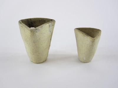 Twee smeltkroesjes van geel grijs ongeglazuurd aardewerk uit de Karolingische tijd.