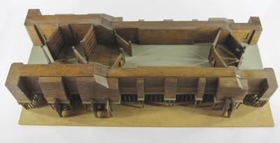 Een houten model van een sluis met steunberen en heipalen gemonteerd op een houten plank. Het model bevat stormdeuren, vloeddeuren en ebdeuren. Het model is vervaardigd door personeel van het 'Hoogheemraadschap der uitwaterende sluizen in Kennemerland en West Friesland', onder toezicht van de architect J.E. van Niftrik van dit Hoogheemraadschap.