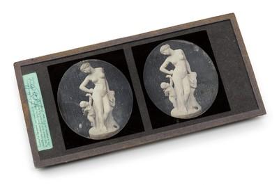 Een stereo daguerreotypie op een koperen plaatje ingelijst achter een glasplaatje. Op de afbeelding is een mamerbeeld te zien.
