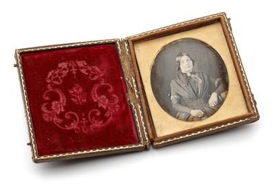 Een daguerreotypie met het portret van een vrouw vervaardigd door Atelier Anson in New York. De daguerreotypie is ingelijst en zit in een mapje van hout en leer.