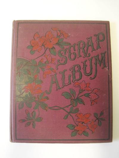 Een album met een met paars linnen overtrokken kartonnen kaft. Op de voorkant de afbeelding van bloemen en