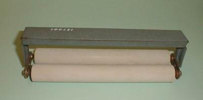 Een handdroogpers die bestaand uit een metalen houder met twee rubberen rollen. Voor het verwijderen van overtollig water van natte afdrukken, zodat er geen kalkvlekken ontstaan bij het opdrogen van de foto's. Merkloos.