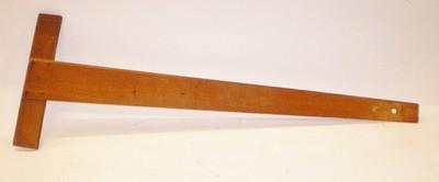 Een houten tekenhaak: winkelhaakachtig meetinstrument om blind (dus zonder graad-aanduiding) hoeken in constructies mee te meten en te kunnen aftekenen. De haak werd veel gebruikt door onderwijzend personeel om op schoolborden tekeningen te maken.