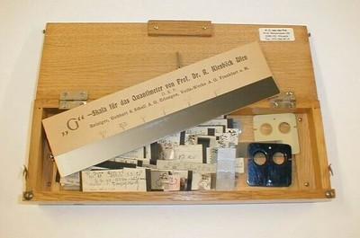 Quantimeter voor meting van ontvangen röntgenstraling in een houten doos met badges. De badges werden gedragen door personeel in röntgenzalen.