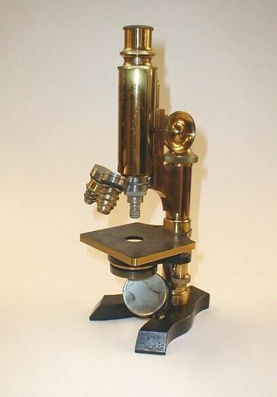 Samengestelde microscoop van Duits model: condensor met irisdiafragma en revolver met drie objectieven. Opschrift: