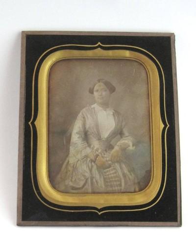 Een ingekleurde daguerreotypie afgedekt met een glasplaat in een lijst. Geportretteerd is een Nederlandse vrouw, namelijk mevrouw Françoise Cornelia Christina Cuinira Cluysenaer. Ze werd geboren op 28 mei 1833 te Velp en overleed op 14 augustus 1859 op 26-jarige leeftijd in Dubbeldam.