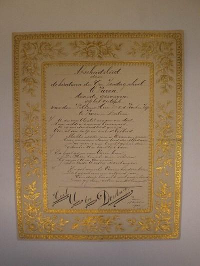Vier bladen in schoonschrift: 1 blad met een gedrukt kader versierd met goudgekleurde florale motieven. Binnen dit kader een met pen geschreven: