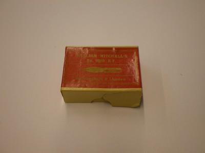Een kartonnen doosje met pennen. Het doosje is nog verzegeld. Op het deksel de tekst: William Mitchell's No. 0269 E.. Birmingham & London. Tevens een afbeelding van een pen. Op de rechterzijkant de tekst: 1 Gross. Op de linkerzijkant de tekst: No. 0269 E.F. Bronze. Op de onderkant de tekst: William Mitchell, Manufacturer, Birmingham, and London, England. Registered Made in England. This Label is issued by Britisch Pens Ltd.