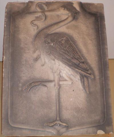 Een gevelsteen met in reliëf de afbeelding van het wapen van Den Haag. De gevelsteen mist de kroon. Deze is ingeschreven onder inventarisnummer: 221088.