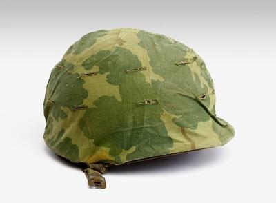 Een compleet Amerikaans legeruniform uit omstreeks 1944. a: een groene katoenen pantalon. b: een olijfgroen katoenen tuniek.Op de voorpanden vier zakken. Tussen de zakken een ingenaaid koord om de jas strakker aan te kunnen trekken. Op beide mouwen herkenningstekens. In de kraag staat met pen geschreven: P5107.