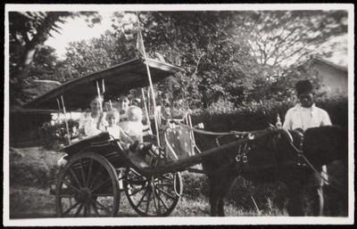 Vrouw en kinderen in een rijtuig