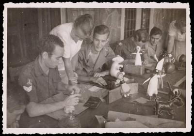 Militairen die objecten uit leer vervaardigen