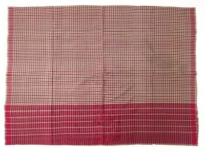 Handgeweven zijden heupdoek in de kleuren rood, creme en grijs. De doek heeft een baan van 42 cm. met een rood fond met wit en grijs ruitpatroon. De rest heeft een creme fond met een rood en grijs ruitpatroon. De doek bestaat uit 2 delen die aan elkaar gezet zijn.