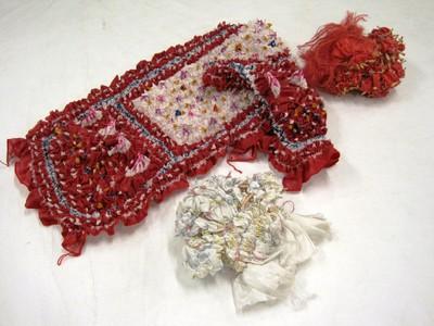 Drie techniekvoorbeelden van de jumputan afbindtechniek: wit satijn, afgebonden met gekleurd plastic garen (a); kunstzijde stof rood geverfd na afbinding (b) en kunstzijde satijn gedeeltelijk ingekleurd (geel, blauw, roze en paars) met de hand gedeeltelijk in de verf gedompeld, de windsels zijn losgemaakt (c).