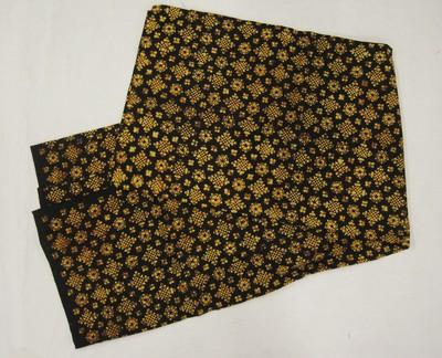 Fragment van een moderne stempelbatik, per meter verkochte stof met traditioneel bloemmotief in gemoderniseerde synthetische kleuren; de oude stijl wel nagestreefd. Deze stof dient als materiaal voor kleding, zoals blouse en herenhemd.
