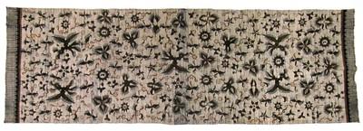 Handbatik op hand gesponnen, handgeweven katoen. De doek heeft de kleur zwart en okergeel op wit, synthetische verving; moderne kleurstelling. Motieven: bloemen en vogels, zon en maan in een samengeraapte moderne stijl. Kemada langs de korte zijden maar geen franje: moderne indeling. Materiaal voor een mannenhemd, officiële dracht voor ambtenaren. Ook bestemd voor de verkoop buiten de streek.