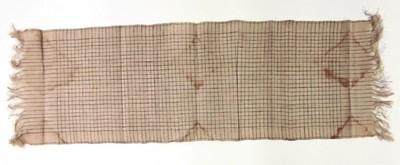 Han gesponnen katoenen weefsel in linnenbinding, zwart ruitjes op naturelkleurige ondergrond; korte zijden hebben schering. De doek heeft de kleur naturel met zwart, synthetische geverfd. Deze doek is zogenaamde basisstof (klontongan) voor de vervaardiging van een tafellopertje (taplak) of sjaal: zie inv.nr. 109750. Het is bestemd voor het batikmotief kawong (opengesneden vrucht van de suikerpalm). Moderne aanpassing van een traditionele techniek.