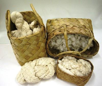 A. een lontarmand en lawai: 12 strengen handgesponnen katoen. B. een lontarmand en kapas jawa: ruwe witte katoen; C. mandje met geschoonde katoen; pusuh: 3 fallusvormige stukken katoen, spinmateriaal; lawai: 3 strengetjes garen, geborsteld/gesteven, naturel, rood, zwart, weefmateriaal; tali gun: 2 kluwen wit garen voor ophalers; sabut klapa: 2 stukken kokosbast, borsteltje bij het weven.