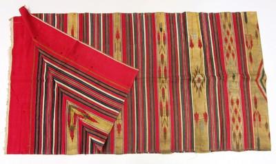 Twee delen van een doek. Beide delen zijn gelijk van maat. De doeken zijn van katoen met ingeweven patronen in breedte banen in de kleuren rood, wit, groen en geel met metaaldraad.