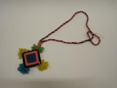 Hanger met een 'ojo de dios' teken. Gemaakt voor toeristen.