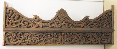 Uit verschillende delen samengesteld paneel rijkelijk versierd met ingesneden ranken, bloemen en bladmotieven. Dit paneel komt uit een tempel, boven de ingang.