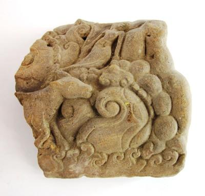 Een reliëf met de voorstelling van planten en dieren.