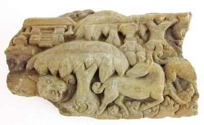 Een reliëf met de voorstelling van een hert dat wordt achtervolgd door een tijger.