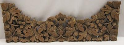 Deurlijst versierd met houtsnijwerk bestaande uit twee zijstukken (deurposten), een bovendorpel en één los stuk snijwerk wat onder de bovendorpel en tussen de deurposten bevestigd hoort te zijn. De versiering bestaat uit blad-, bloem- en vruchtmotieven en swastika's.