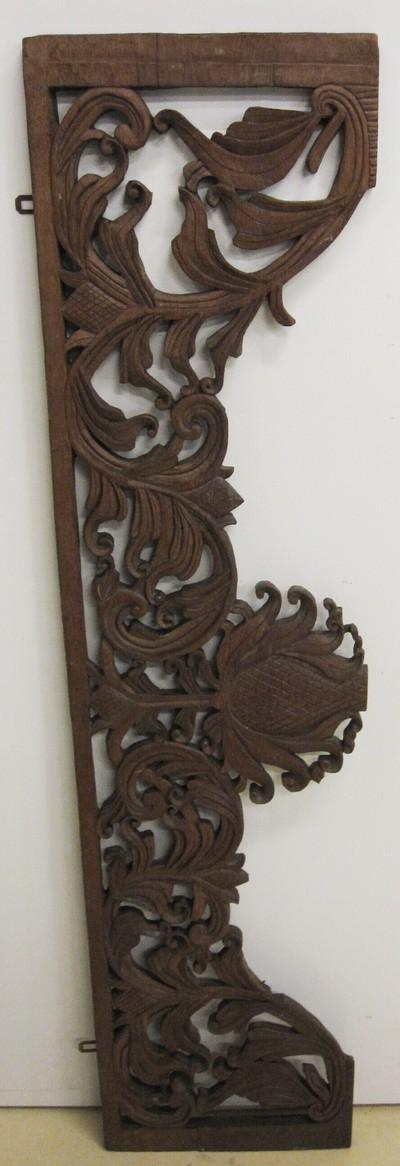 Paneel met houtsnijwerk versierd met blad- en vruchtmotieven. Aan de bovenkant twee haakjes om het paneel aan op te hangen.