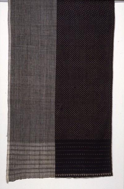 Han gesponnen katoenen weefsel in linnenbinding, enkelvoudig fijn zwart/wit ruitje. De doek heeft de kleuren zwart en naturel, vermoedelijk synthetische verving. Motieven: jangan menir: 'soep met maiskorrels', de term voor alle fijne basismotieven. De doek is bestemd als ondergrond voor batik-lurik, twee soorten stippenmotief, ksatryan en kejing miring, De doek is een erfstuk.