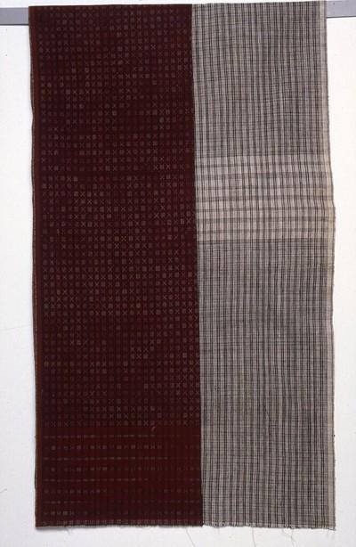 Han gesponnen katoenen weefsel in linnenbinding, schering- en inslagstrepen in zwart/wit. De doek heeft de kleuren zwart en naturel, synthetische verving. De doek is bestemd als ondergrond voor batik-lurik, met het motief grompol enambelas, groepjes van zestien stippels, zie inv.nr. 109756.