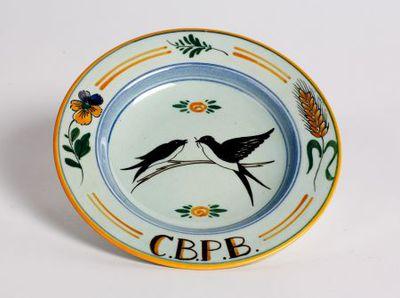 Sierbord. Twee vogels en tekst op de rand:' C.B.P.B'.