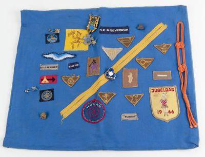 Lap met verschillende insignes en medailles N.P.G. Beverwijk