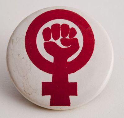 Button. Vuist in vrouwenteken