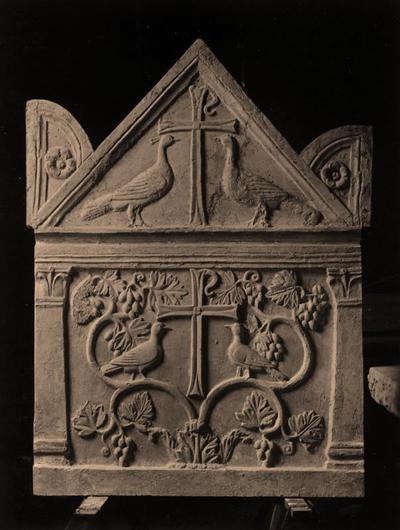 Fusignano, Chiesa di San Savino, Sarcofago con agnelli, lato sinistro