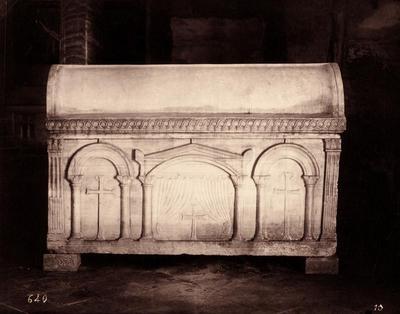 Ravenna, Basilica di Sant'Apollinare in Classe, Sarcofago a tre e quattro nicchie, fronte