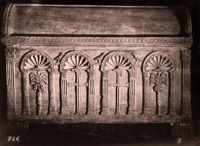 Ravenna, Basilica di Sant'Apollinare in Classe, Sarcofago a tre e quattro nicchie, retro