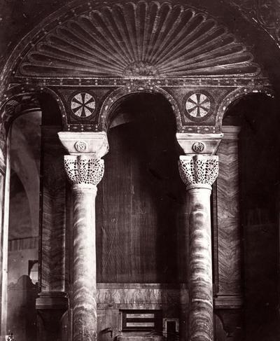 Ravenna, Basilica di San Vitale, Capitelli imposta increspati nella parete sinistra del presbiterio.
