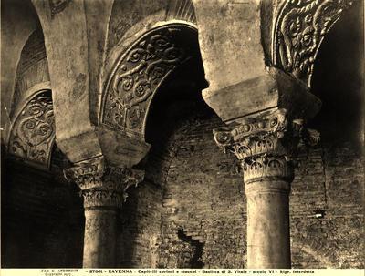 Ravenna, Basilica di San Vitale, Due capitelli compositi con acanto a grossi dentelli