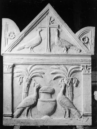 Fusignano, Chiesa di San Savino, Sarcofago con agnelli, fianco destro